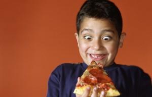 Pizzaria dá pizza de graça para aluno que tira nota boa